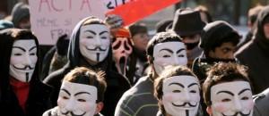 des-manifestants-le-visage-cache-par-le-masque-des-anonymous-10643492djjpq_1713